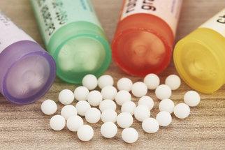 Homeopatická lékárnička na prázdniny: Jak si poradit s nejčastějšími úrazy a potížemi?