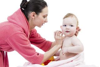 Čištění uší vatovými tyčinkami přivede do nemocnice tisíce dětí ročně
