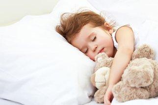 Kolik hodin by měly děti v noci spát podle věku?