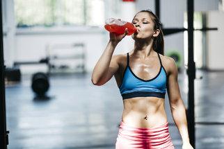 Jak pít při sportu? Kdy stačí voda kdy jsou potřeba iontové nápoje?