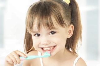 Největší chyby, kterých se dopouštíme při čištění zubů malých dětí