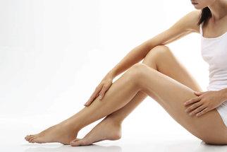 Otékají vám nohy? Nehledejte za tím pouze horko nebo dlouhé stání