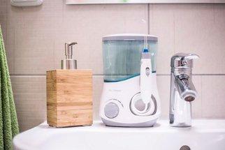 Ústní sprcha a sonický kartáček: Tyhle věci vám možná zachrání zuby