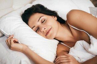 Chcete zhubnout a nemlsat? Zůstaňte déle v posteli a vypněte si mobil