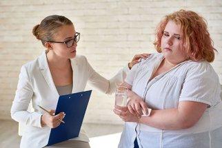 Zhubněte, říkají ortopedové: Obezita jim komplikuje práci a ničí lidem klouby