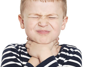 Strašně mě bolí v krku! Jak poznat angínu u dětí a kdy nechat vytrhnout mandle?