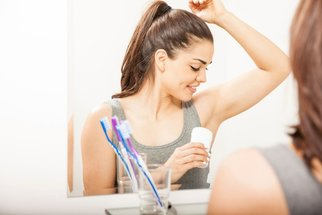 Pocení: Jak mu zabránit? Pomáhají spreje, léky, operace i botulotoxin
