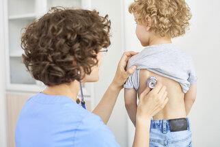 Zápal plic ohrožuje hlavně děti a seniory. Jak ho poznat a jak se bránit?