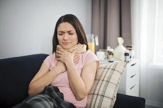 Bolest v krku? Zkuste tyto léky a bylinky. Kdy už ale jít k lékaři?
