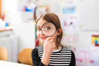 Na oční vady dětí se často přijde až ve škole. Co nám uniká?