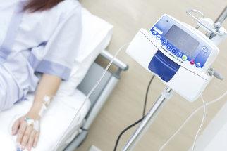 Nemoc, kterou trpí Karel Gott: Příznaky, projevy a léčba akutní leukémie