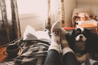 Studené nohy: Proč nás trápí a osvědčené tipy, jak je zahřát