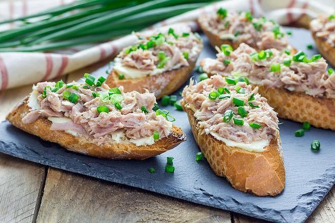 Pomazánka s tuňákem chutná nejlépe v kombinaci s jarní cibulkou a bylinkami
