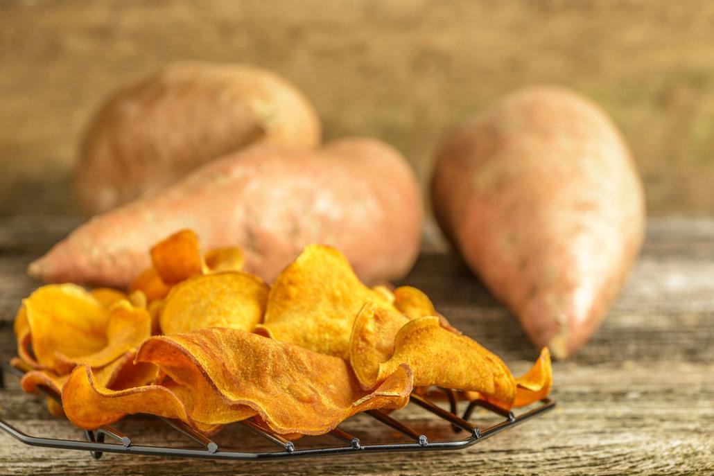 Skvěle chutnají i chipsy ze sladkých brambor.