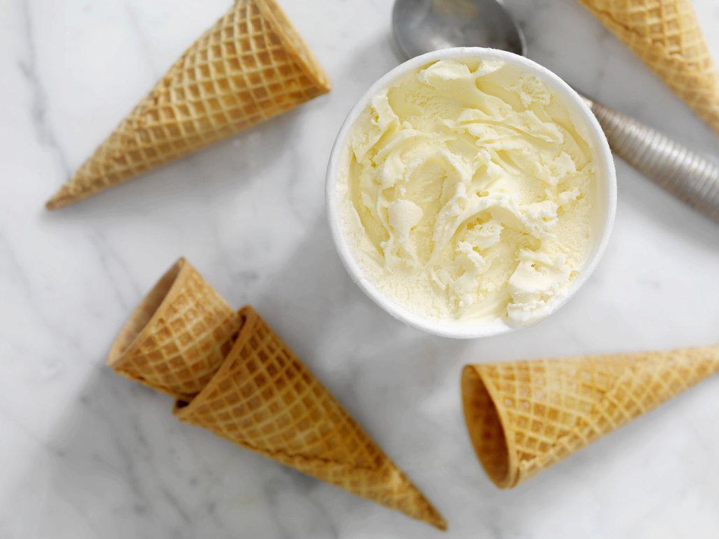 Tvarohová zmrzlina se díky své jemnosti snadno nabírá.