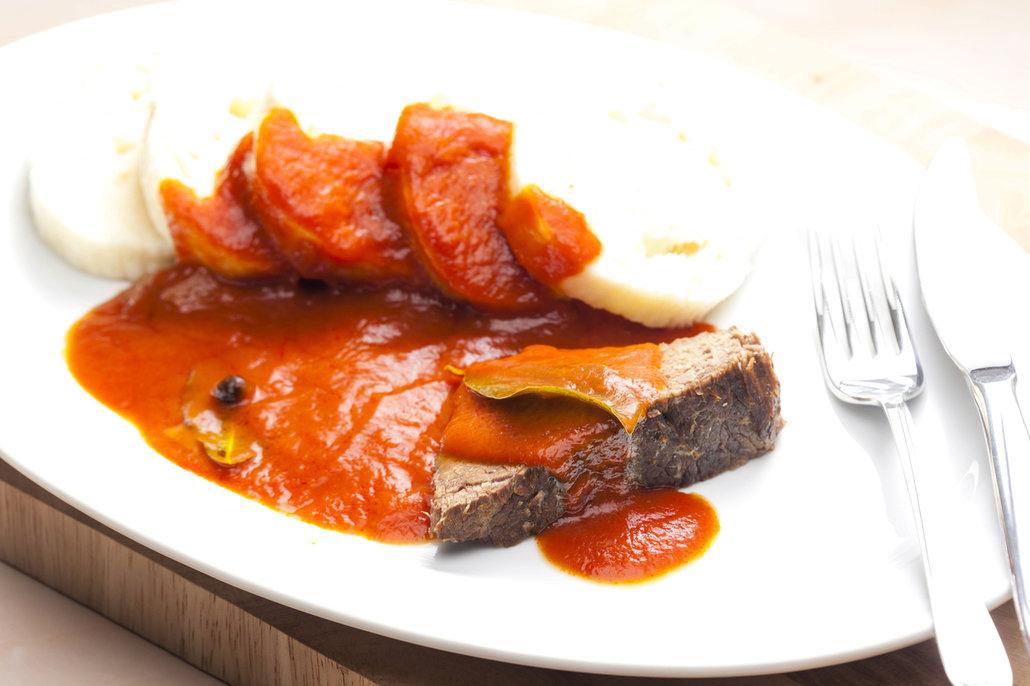 Rajskou podávejte s houskovým či bramborovým knedlíkem. Skvěle chutná ale i s těstovinami!