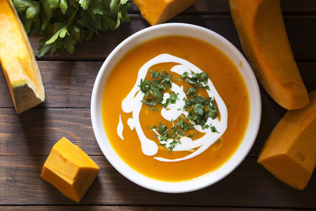 Dýňovou polévku můžete zjemnit smetanou i kokosovým mlékem