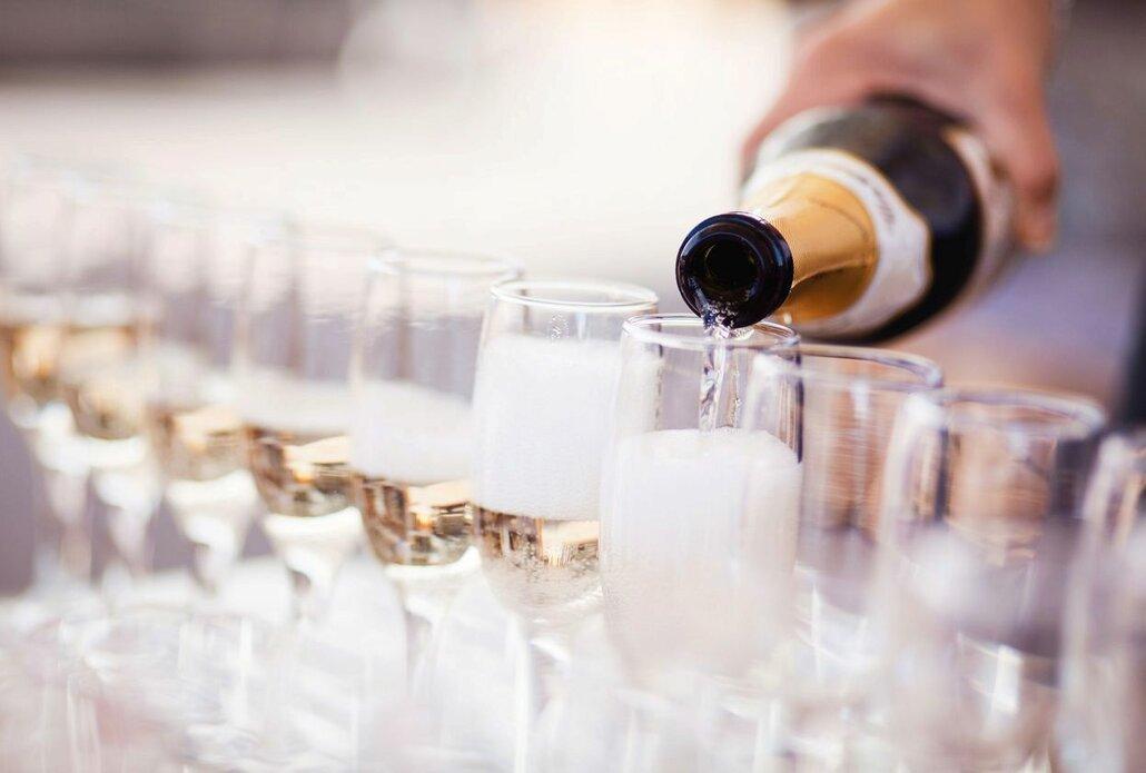 Cena šampaňského začíná od 500 Kč a může se vyšplhat až do několika desítek tisíc Kč