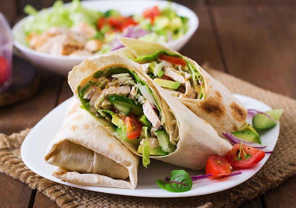 V tortille nesmí chybět čerstvá zelenina – ledový salát, rajče, paprika nebo třeba avokádo