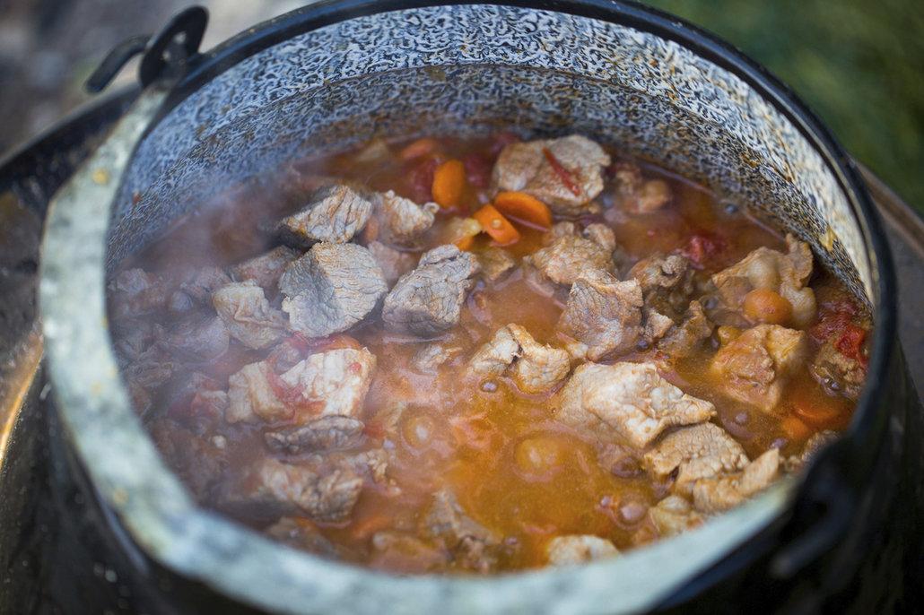 Guláš vařte nejméně dvě, nejdéle však 4 hodiny
