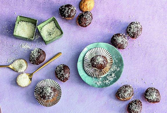 Zkuste ořechy zkrášlit čokoládou a ozdobit nastrouhaným kokosem.