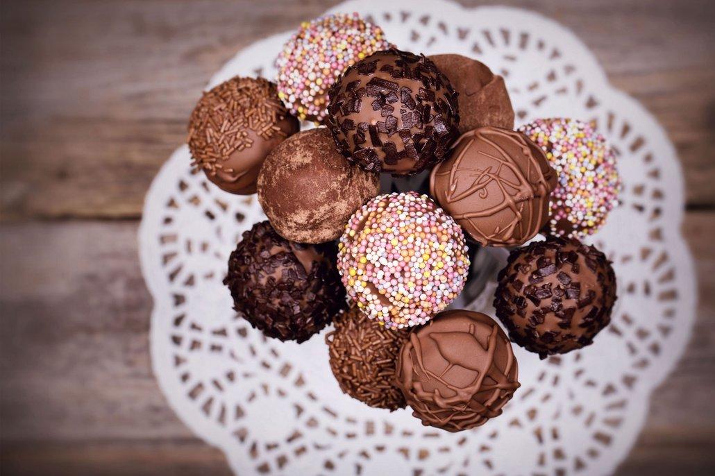 Cake Pops můžete podávat napíchnuté na špičce, v papírovém košíčku nebo jenom tak