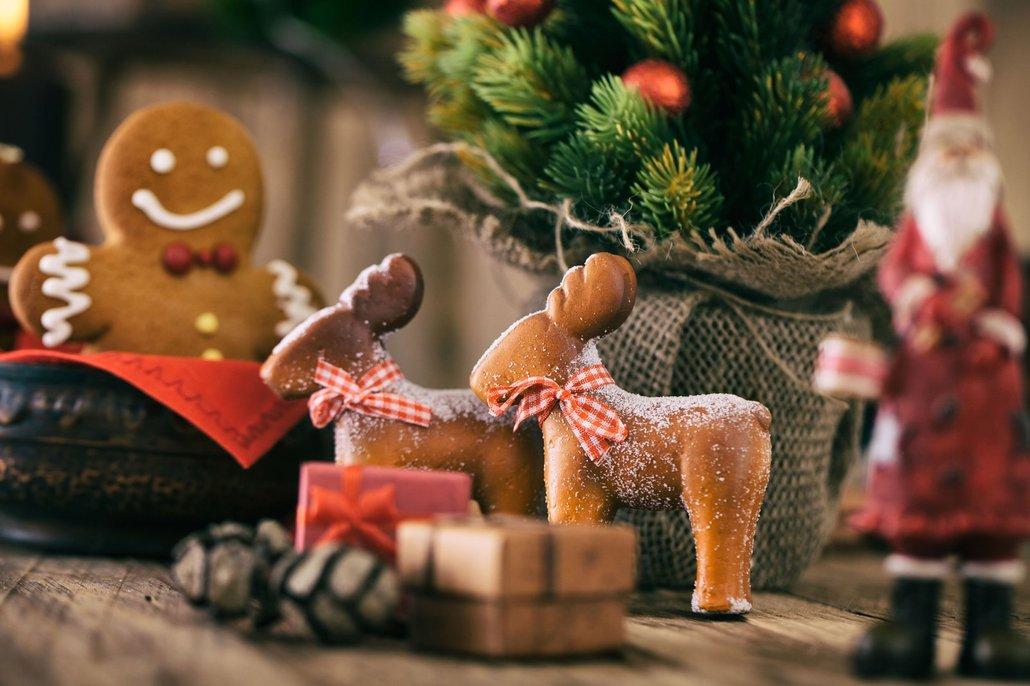 Perníčkovým figurkám budou slušet stužky, rolničky i větvičky