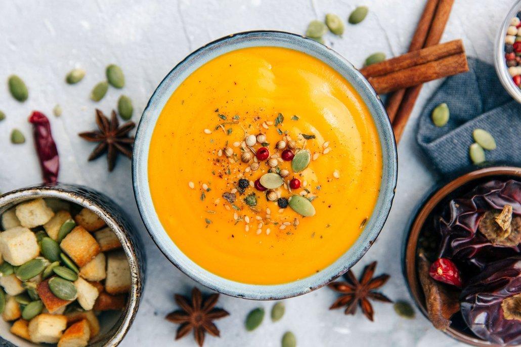 Do mrkvovo-batátové polévky můžete přidat i dýni nebo jenom její semínka