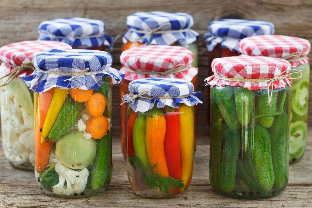 Domácí nakládaná zelenina vyjde levněji a chutná lépe.