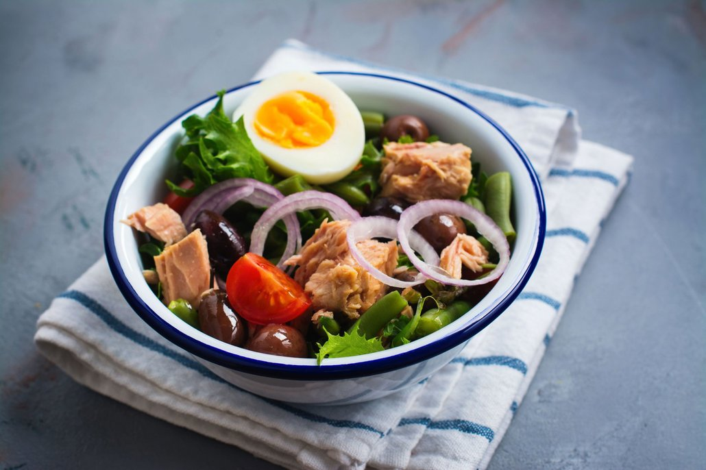 Salát stačí dozdobit bazalkou a můžete podávat