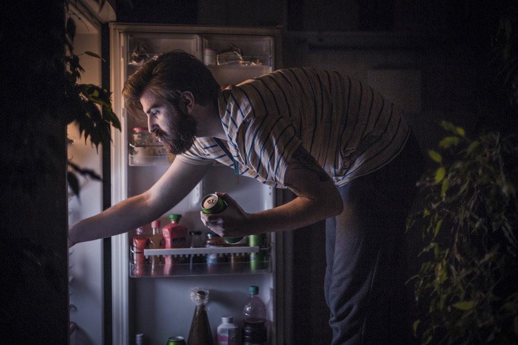 Malé a časté porce jídla během dne zabrání nočním útokům na ledničku