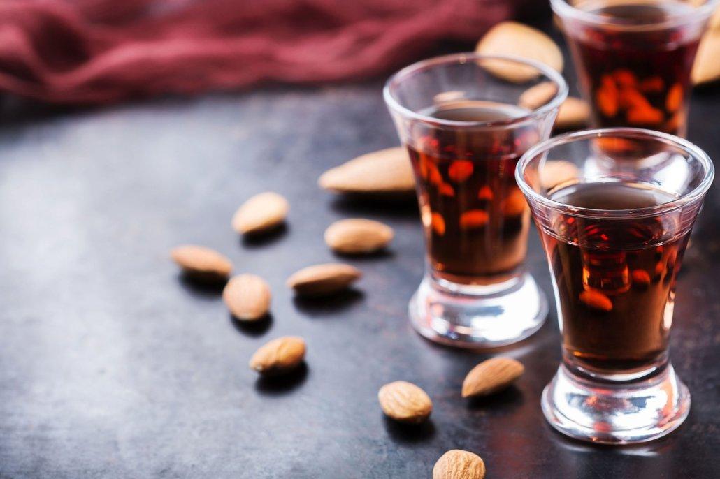 Káva se v tiramisu neobejde bez alkoholu. Nejklasičtější je amaretto, ale můžete použít i koňak, kávový nebo pomerančový likér nebo rum