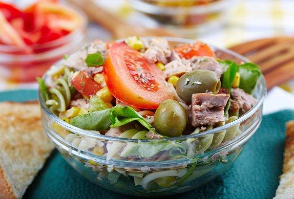 Těstovinový salát s tuňákem je velmi vydatné jídlo