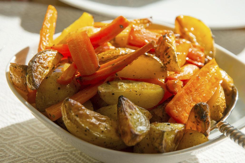 Pečená zelenina je výbornou přílohou k masu, ale chutná skvěle i samotná