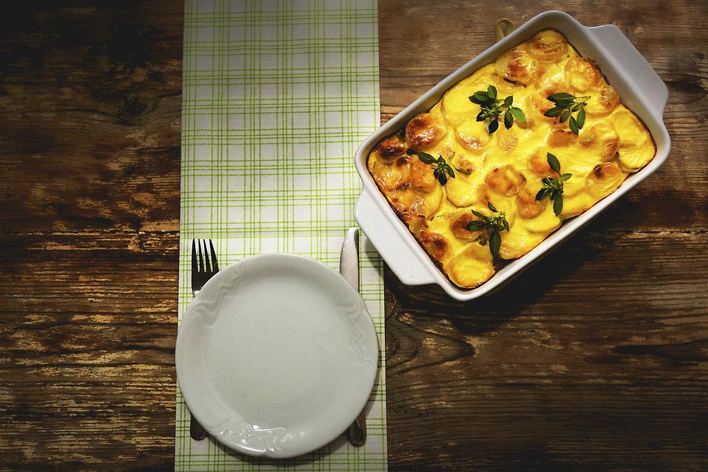 Zapečené brambory se smetanou a sýrem je klasika, která nikdy nezklame