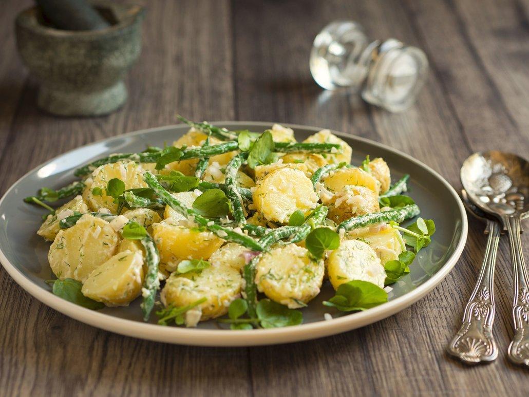 Jarní salát by na vaší velikonoční hostině chybět neměl