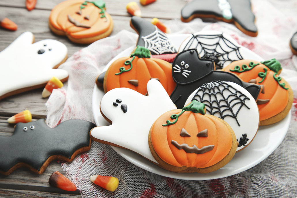 Na žádné halloweenské párty by neměly chybět halloweenské sušenky. Mix různých tvarů (hrob, rakev, dýně, čarodějnice, netopýr, duch, kočka aj.) v podzimních barvách krásně ozdobí váš stůl a děti vám s vykrajováním i zdobením velice rády pomohou