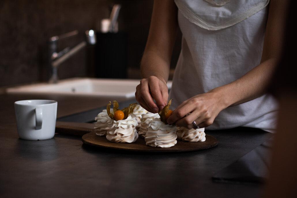 Upečené korpusy vyjměte z trouby a nechte je zcela vychladnout. Poté je naplňte šlehačkou a podávejte ozdobené čerstvým ovocem a lístky máty