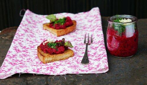 Pomazánky na topinky, které musíte vyzkoušet: Sardinková, z červené řepy i pikantní avokádová