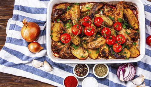 Rychlé večeře z jednoho pekáče: Zapečené maso, těstoviny i brambory