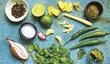 Nejprve si připravíme zelenou kari pastu, jejímž základem budou v tomto případě zelené chilli papričky, limetka, kafírové listy, citronová tráva a zázvor.