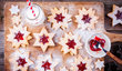 Linecké těsto patří během vánočního pečení k těm nejoblíbenějším. Na Vánoce křehké cukroví zněj zdobí stoly dvou třetin Čechů.