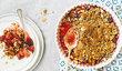 Švestky a drobenka si skvěle rozumí na kynutém koláči i v zapékací misce.