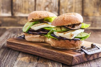 Sobotní oběd: Zkuste burgery, špízy nebo sladké brambory!