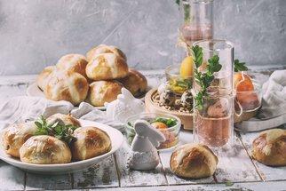 10 nejlepších velikonočních receptů podle časopisu F.O.O.D.: Jehněčí na bylinkách, bramborový salát i ovocné košíčky