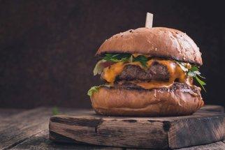 Hamburger jako z restaurace? Vyzkoušejte naše recepty na domácí šťavnaté burgery