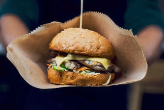 Za nejlepšími burgery z pop-upu na F.O.O.D. piknik: Bez čeho se správný dvouručák neobejde?