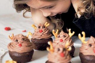 Vánoční cupcakes se sobem: Užijte si adventní pečení s těmi nejmenšími