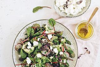 Recepty na vydatné saláty: Těstovinový, Caesar i salát s bulgurem a luštěninami