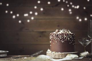 Čokoládový dort s ganachí můžete ozdobit i bonbóny a nalámanými tyčinkami